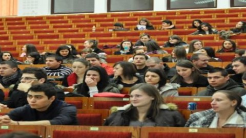 Studenţi şi elevi moldoveni care învaţă în străinătate au polița de asigurare medicală în Republica Moldova cu 75% mai ieftina