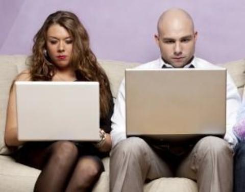 Asemanarea dintre un barbat, o femeie si un calculator